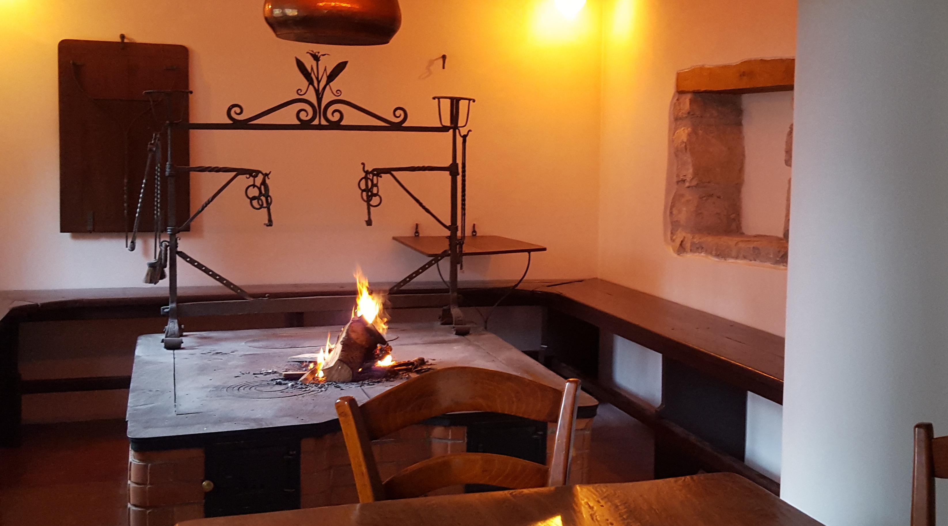 Il focolare friulano dell'albergo Martina di Chiusaforte, Friuli, Italia